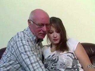 Grandpa fickt seine Stief-Enkelin bite the dust noch unerfahren ist